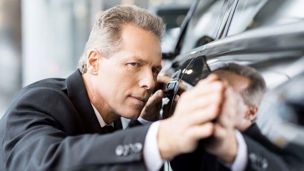Lo mejor es ver el auto de día, cuando se logre identificar cada detalle o imperfección (iStock)