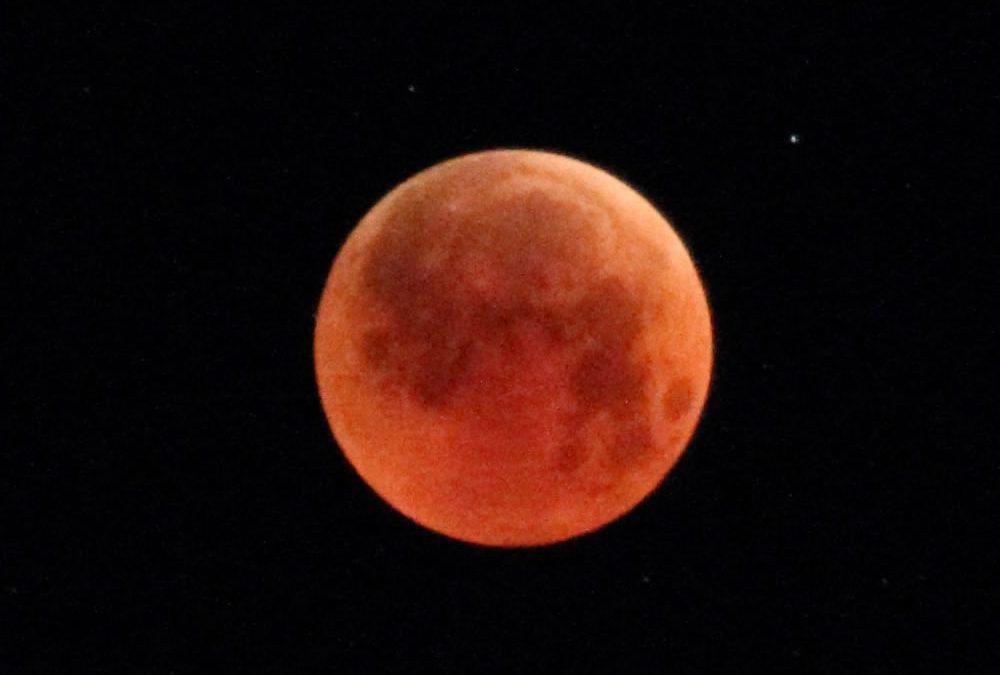 Bloodmoon: A Full Lunar Eclipse
