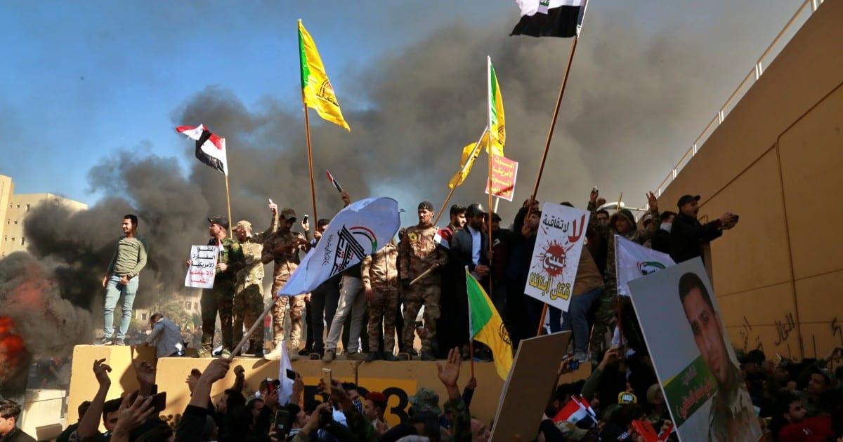 Manifestantes atacan embajada de Estados Unidos en Bagdad luego de ataques aéreos