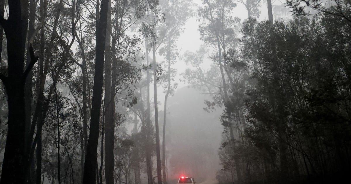 Las tripulaciones australianas compiten para contener las llamas mientras se dispara la factura de daños