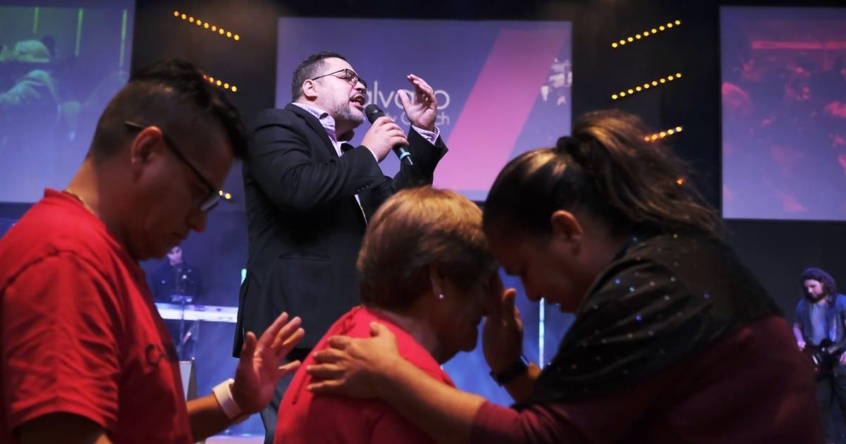 Los evangélicos latinos enfrentan conflictos al votar en la era de Trump
