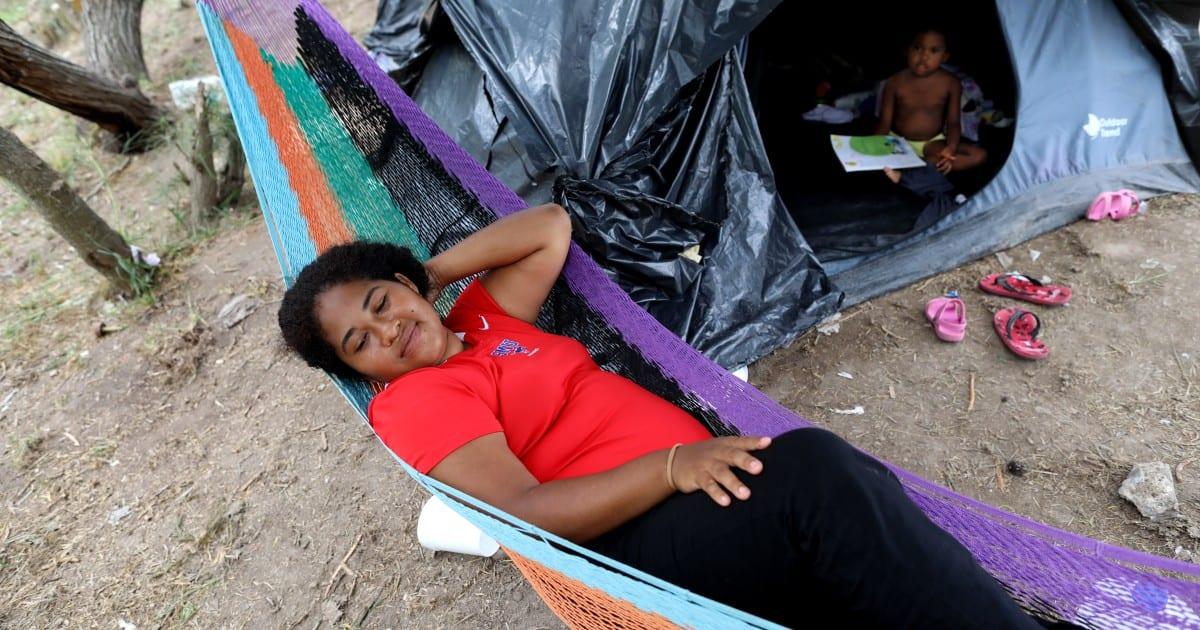 Al ver un aumento en Centroamérica, los mexicanos se unen a la línea de asilo en la frontera de los EE. UU.