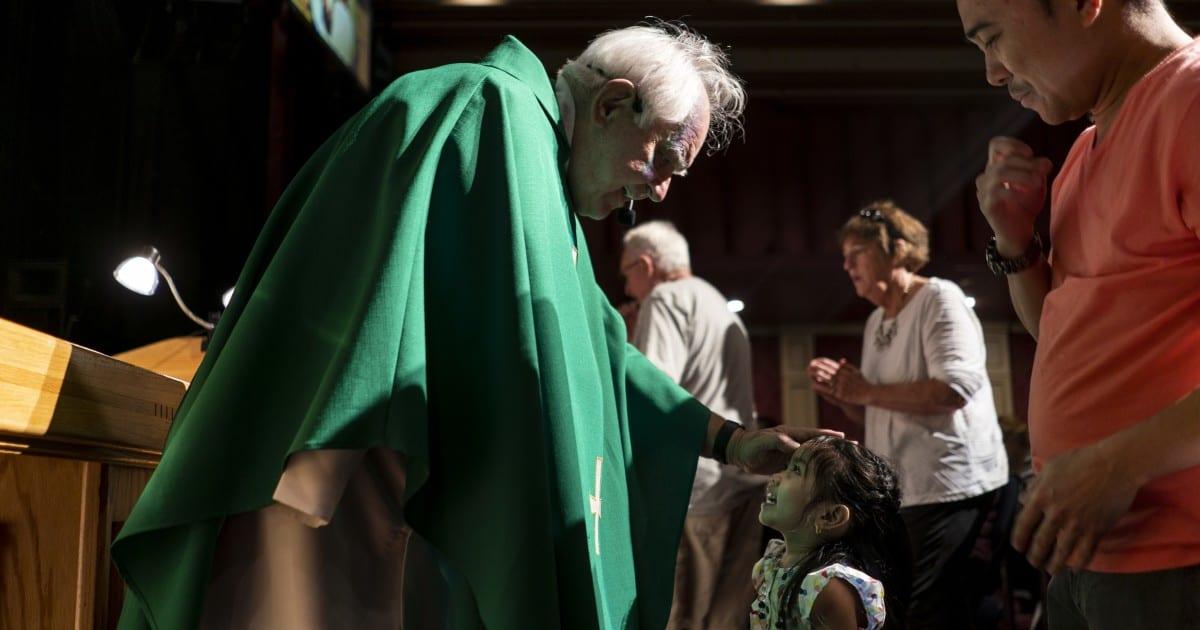 """Este sacerdote católico celebra la misa en un casino. Él llama a la oración una """"apuesta segura"""""""