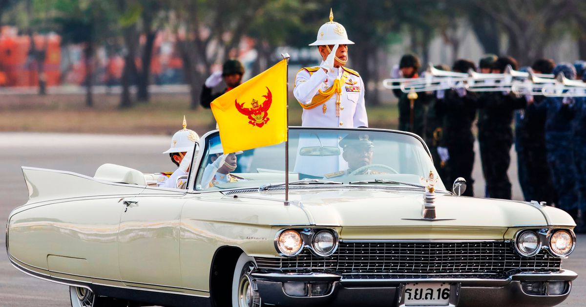 El rey playboy de Tailandia, una vez infame por un video viral de Facebook, no está jugando