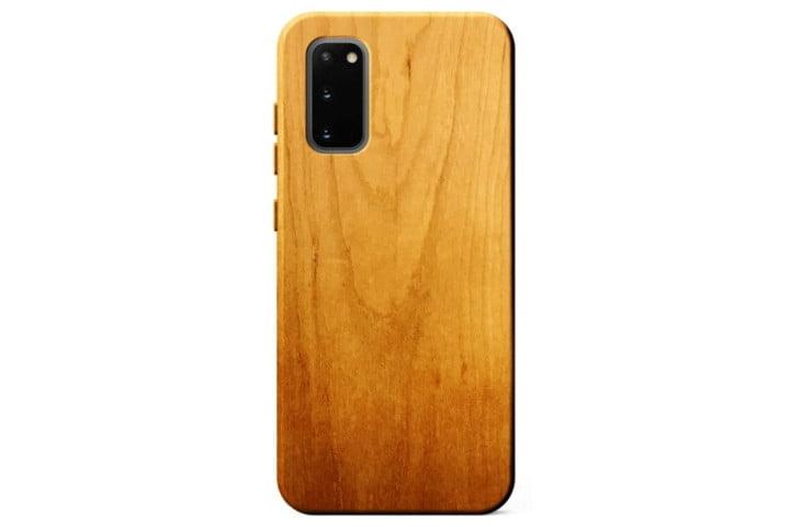 La foto muestra un teléfono Samsung Galaxy S20 en una carcasa de madera de Kerf