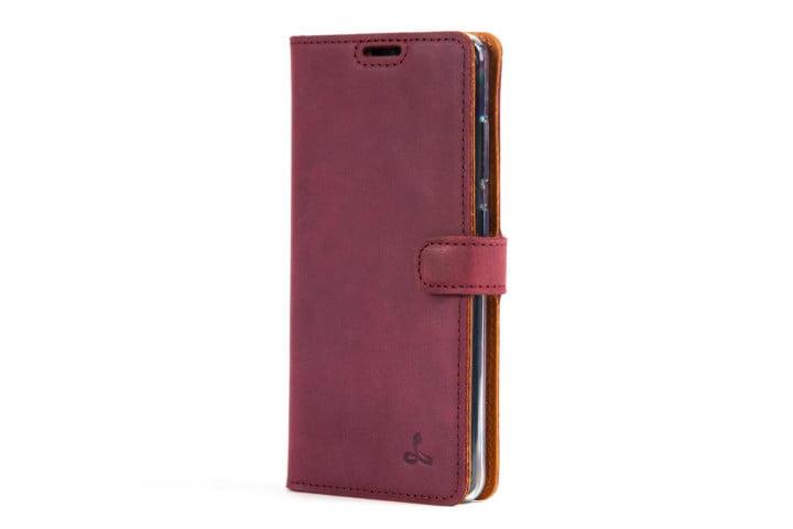 La foto muestra un teléfono Samsung Galaxy S20 en una funda tipo cartera de cuero vintage Snakehive de piel color ciruela