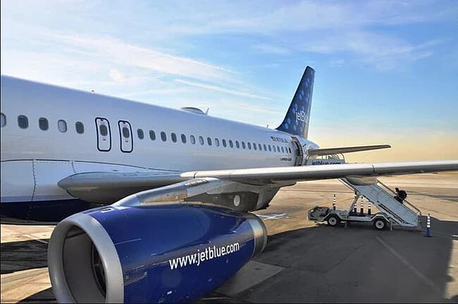 Avión de JetBlue en la pista