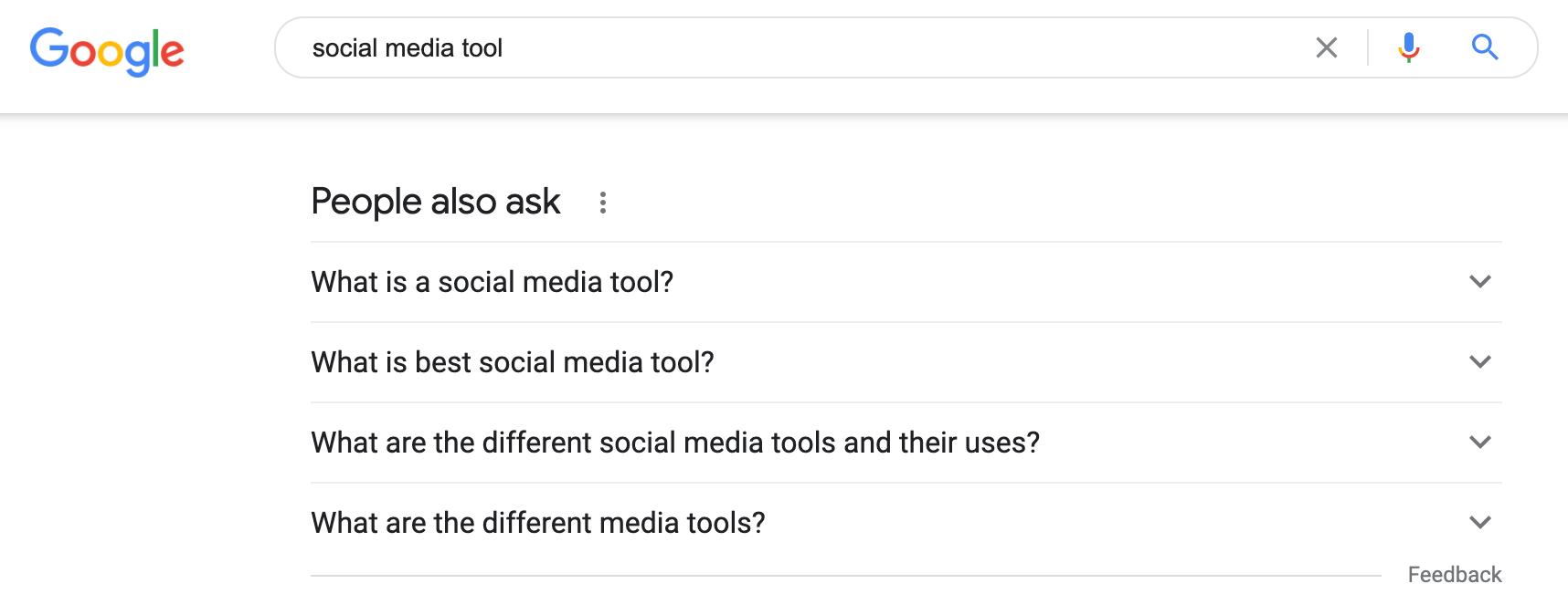 La sección La gente también pregunta en Google cuando busca herramientas de redes sociales para crear un perfil de audiencia.