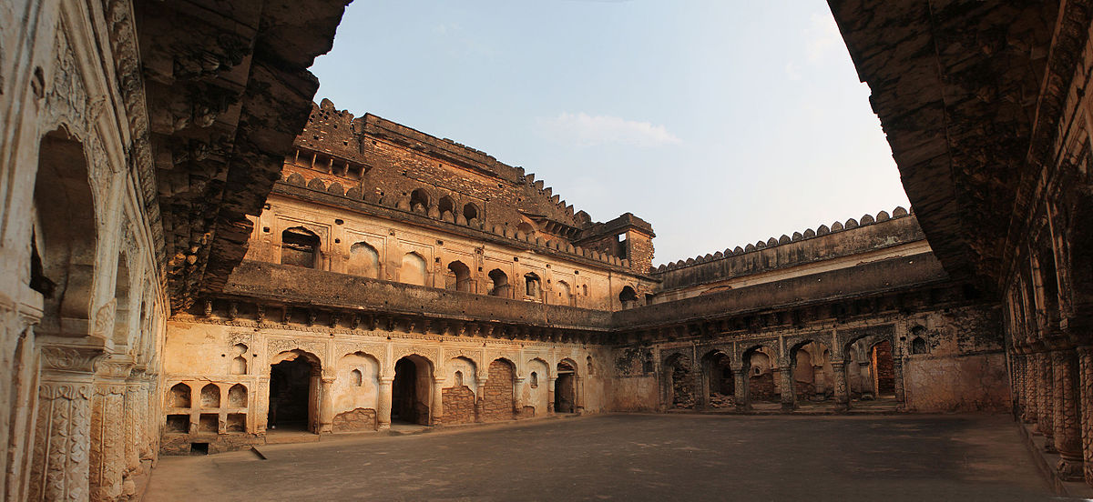 Panoramic_view_of_Rani_Mahal_Kalinjar_fort