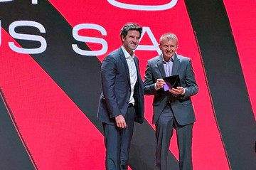 site/content/article/O_presidente_do_Grupo_Mateus_Ilson_Mateus_recebendo_o_prêmio.jpeg