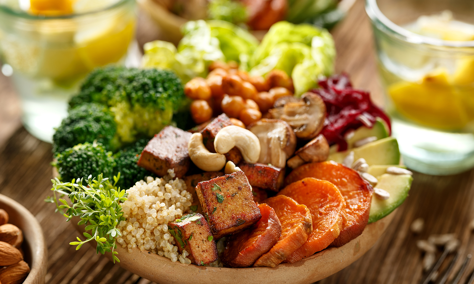 vegan-salad-cous-cous-quinoa-brocolli-avocado-mushroom-crouton-cashews