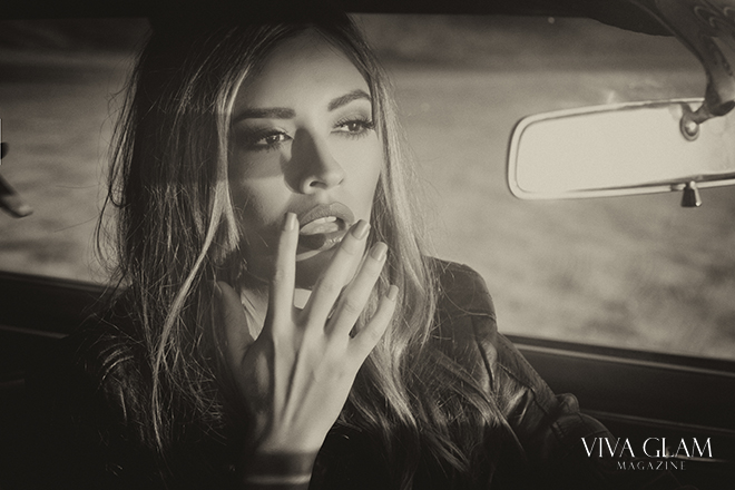 pamela-francesca-viva-glam-magazine-supermodel-fashion-editorial-black-and-white-classic-mirror-classic-car-lipstick