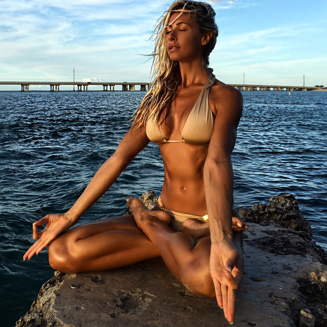viva-glam-magazine-jesse-golden-yoga-wellness-holistic-teacher-instructor-guide-hot-sexy-gold-bikini-focus-drishti