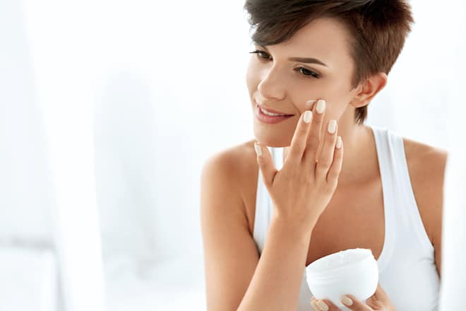 ve-yourself-the-gift-of-beauty-applying-lotion