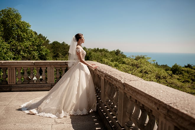 Tips-to-Help-You-Choose-the-Best-Wedding-Location-bride-overlooking-the-water