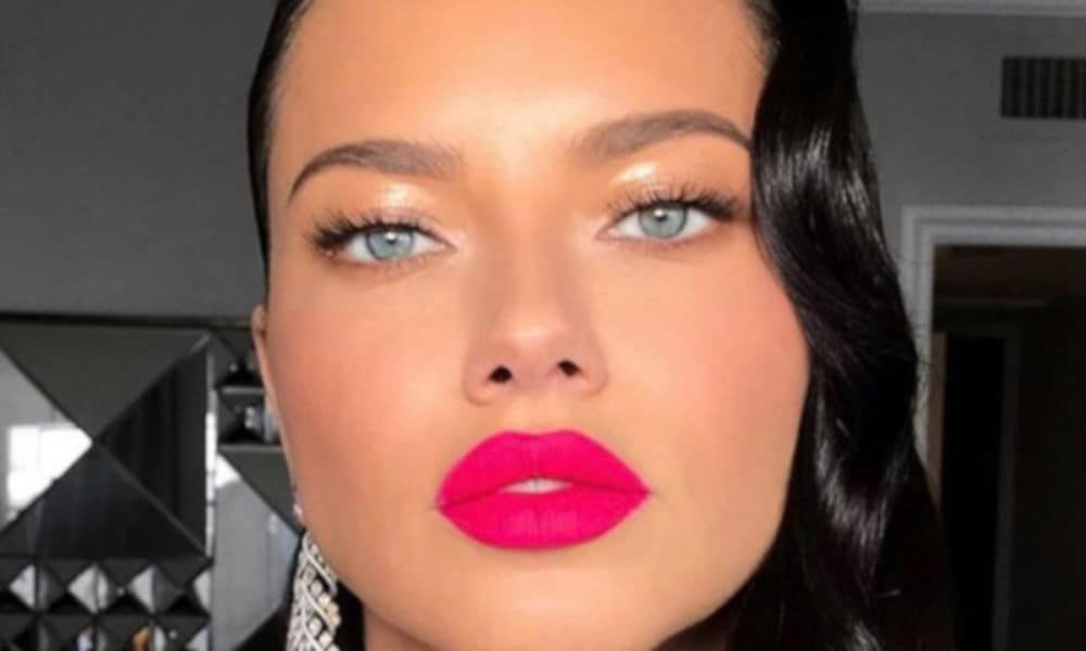 The-Sexiest-Celebrity-Makeup-Looks-To-Copy-This-Summer-adriana-lima-pink-lipstick-1-1000×600