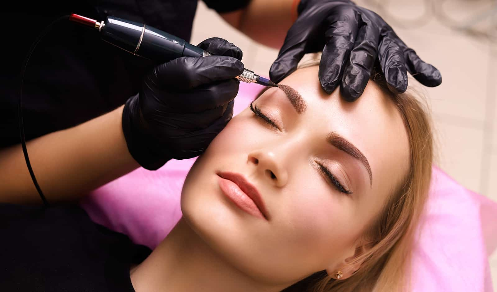 ultimate-guide-to-being-a-beautician-main-image