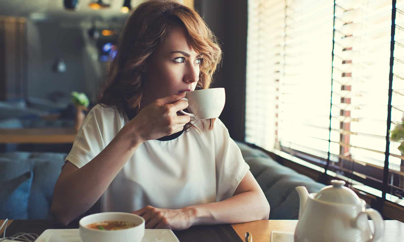 how-to-indentify-eating-disorder-how-to-help-main-image-girl-in-diner