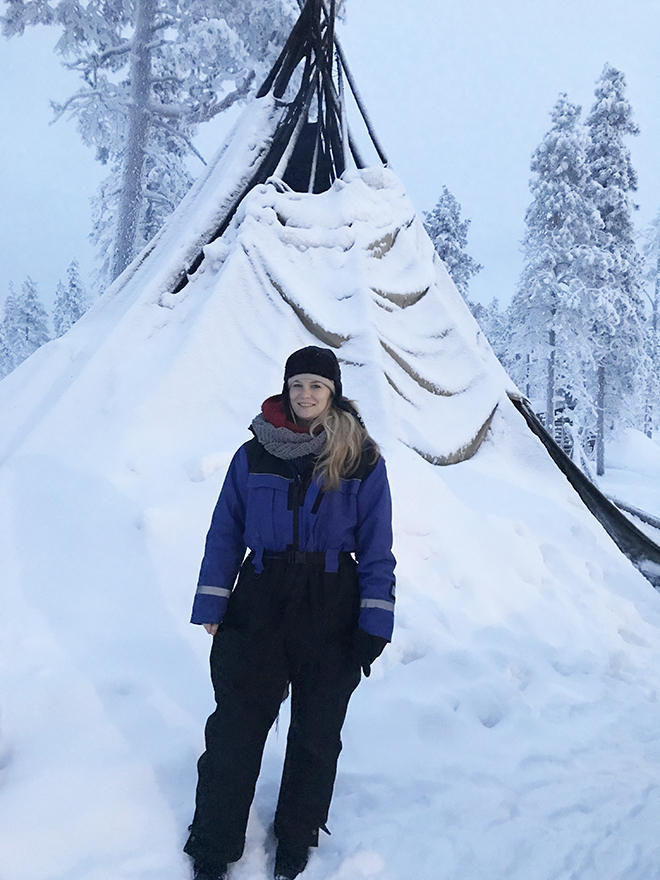 malorie-mackey-malories-adventures-weird-world-adventures-travel-kakslauttanen-arctic-resort-winter-tee-pee