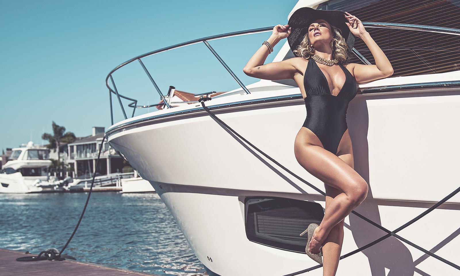 amber-nichole-miller-Shawn-Ferjanic-photoshoot-model-leaning-against-boat-main-image