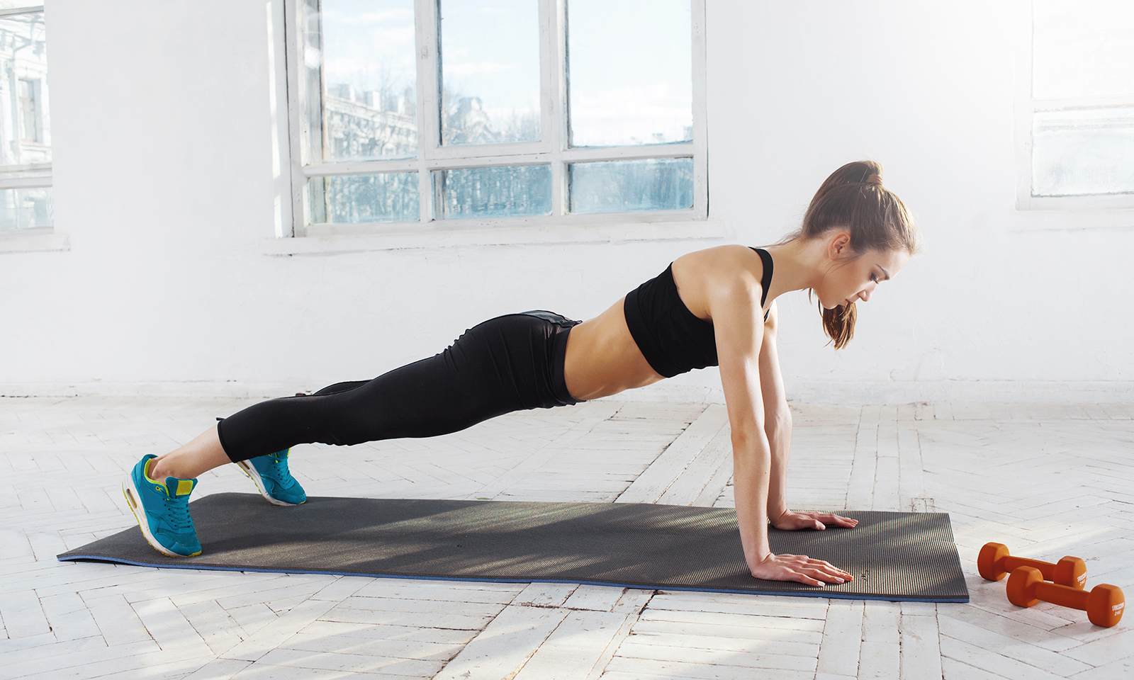 best-fitness-routines-woman-doing-plank-in-white-house-main-image