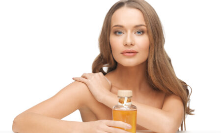 dos-for-a-smooth-decollatage-woman-holding-oil-main-image