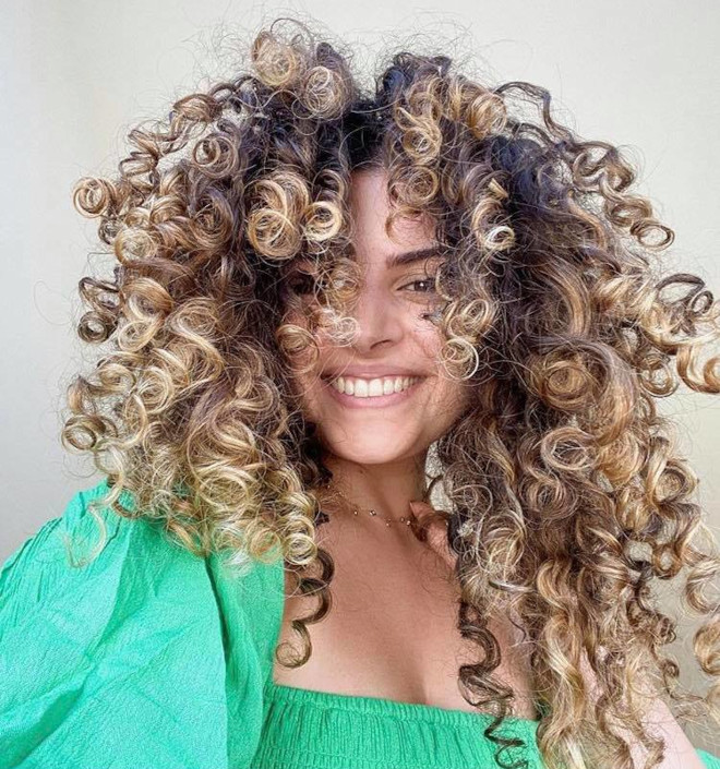 refresh your curls with pintura highlights