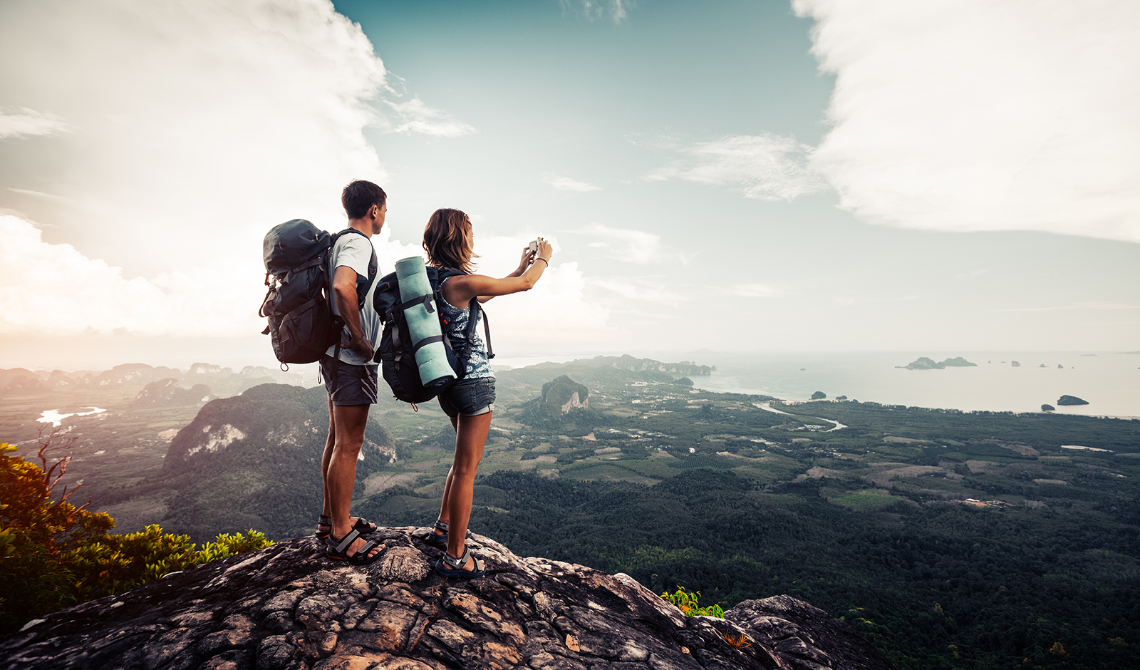 the-kinds-of-people-you-shouldn't-date-couple-on-a-hike-together-in-nature