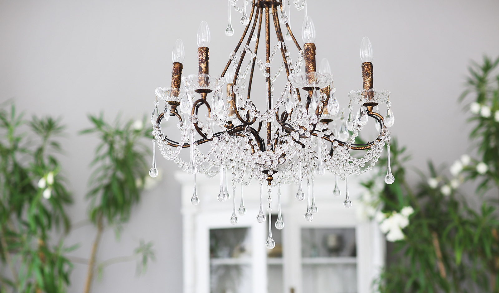 budget-decor-ideas-for-art-lovers-chandelier-in-home-main-image.