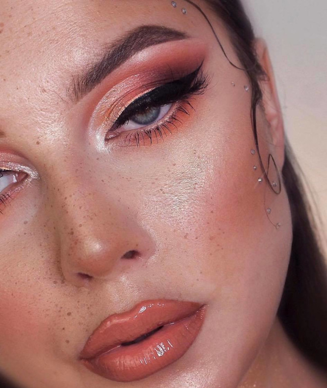 refresh your cold days with these mesmerizing coral makeup looks for winter 8