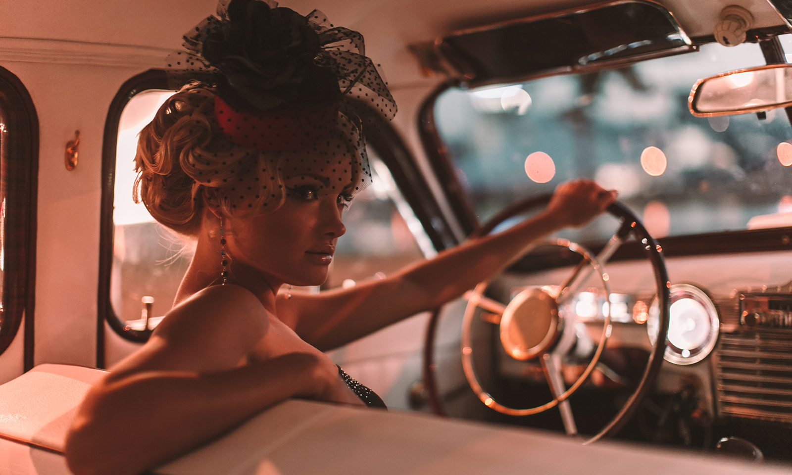 dress-more-elegant-woman-in-fancy-hat-in-car